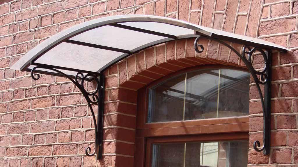 Кованые козырьки (49 фото): ковка навесов над крыльцом, односкатные и арочные козырьки над дверью и угловые, их изготовление