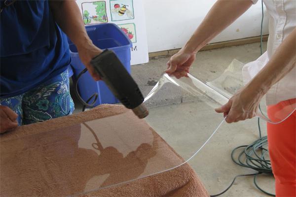 Как согнуть оргстекло? гибка в домашних условиях. как из тонкого стекла выдавить полушарие? как гнуть феном? как загнуть по струне? использование термогибочного станка