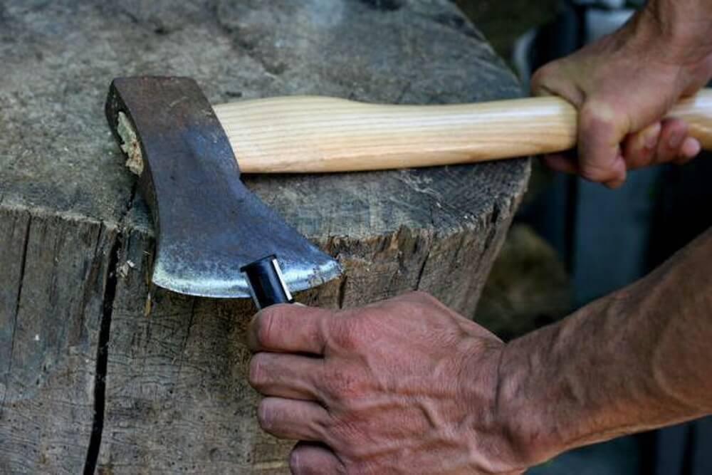 Правильная заточка топорв: углы, оборудование и инструмент