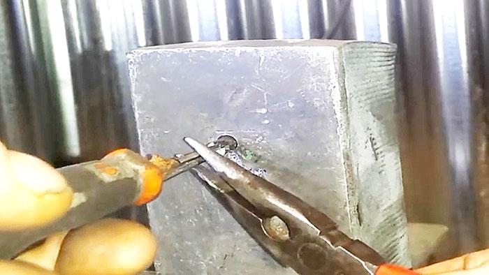 Как вставить сверло в перфоратор? как его вытащить? как правильно закрепить сверло? как достать, если оно застряло?