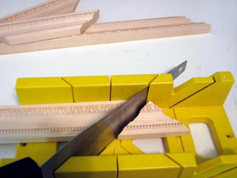 Как правильно отрезать потолочный плинтус - полезно знать