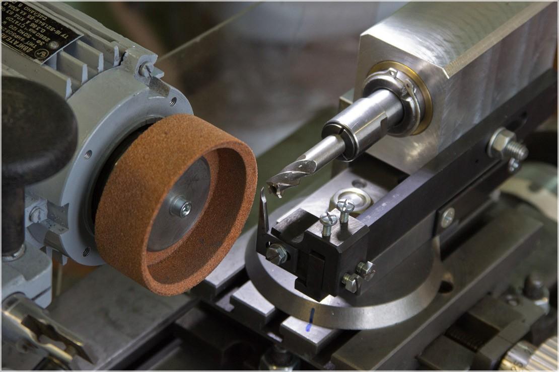 Станки для заточки фрез по дереву и металлу: концевых, дисковых