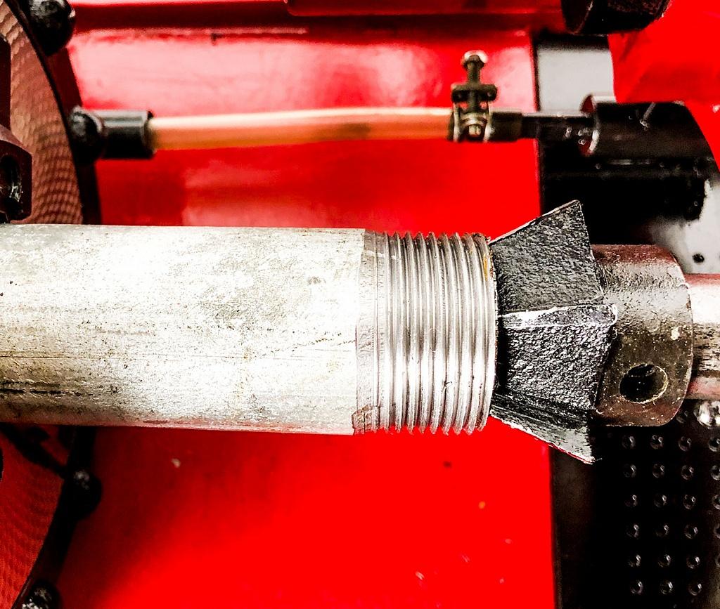 Простой способ нарезки резьбы на металлической трубе - крутой лайфхак