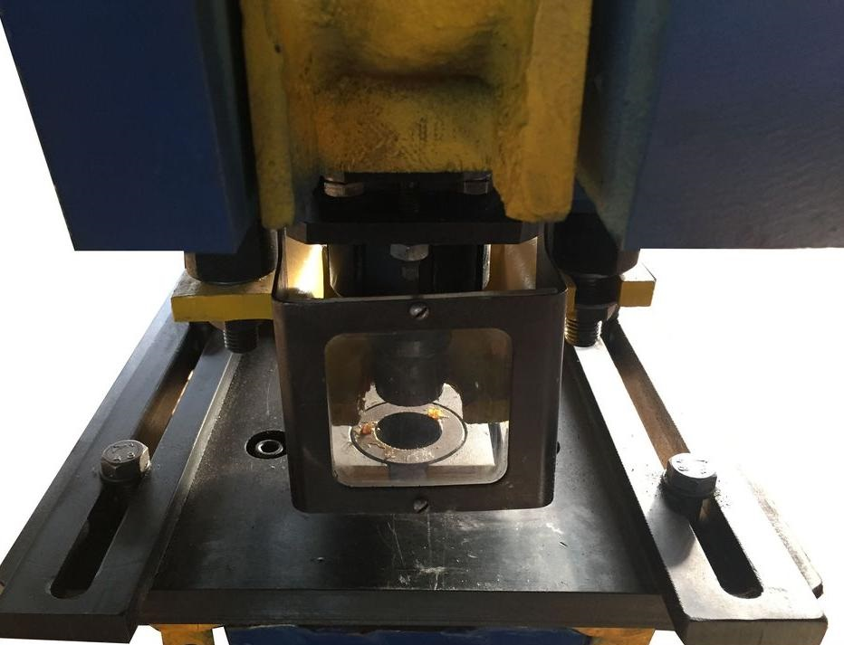 Схема пробивки и отделки отверстий у заготовок
