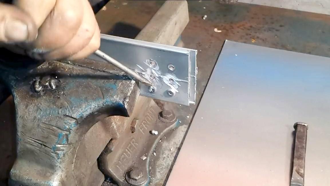 Как заклепать заклепку? узнайте о том, как использовать специализированный инструмент.