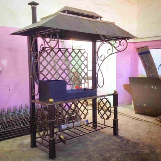 Оригинальные кованые мангалы с крышей для дачи