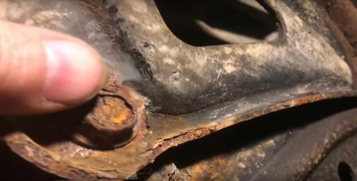Как открутить прикипевший болт и чем его смазать?