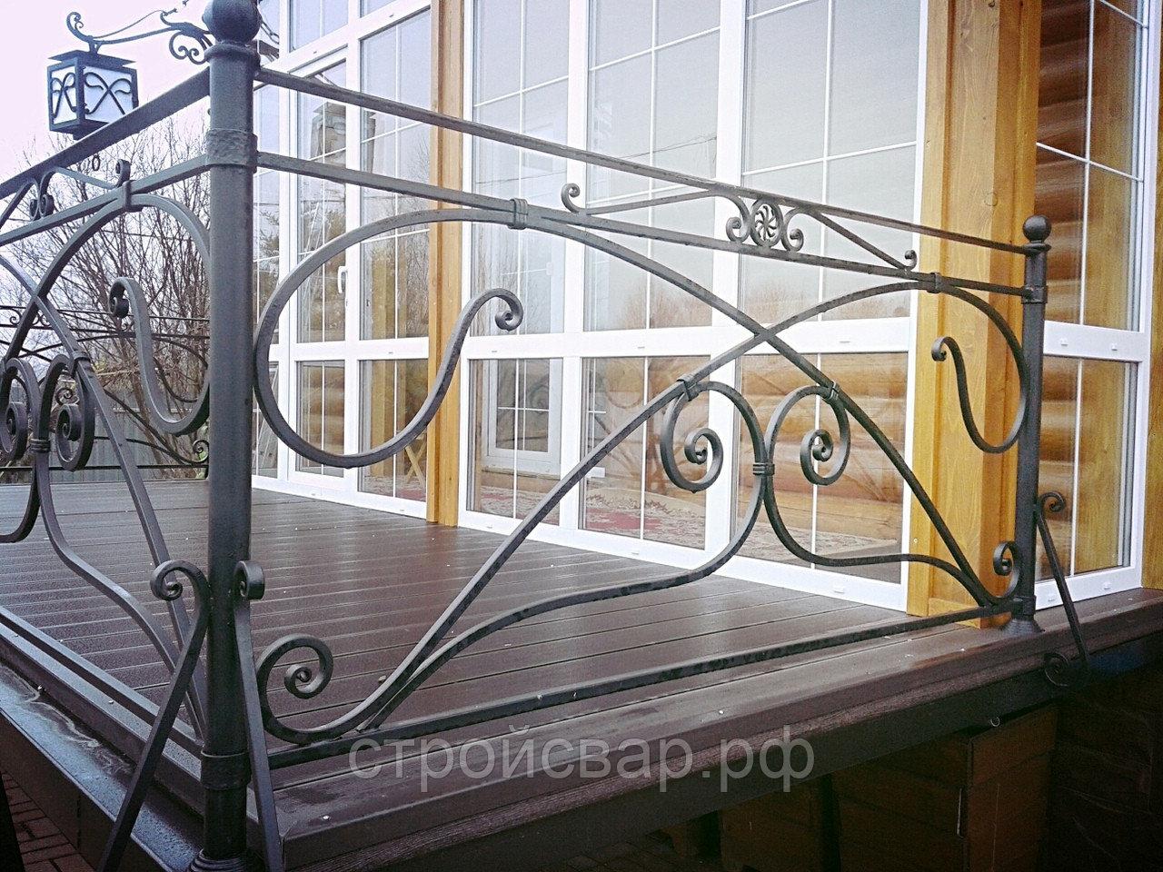 Уникальность проявляется в деталях: кованые перила внутри и снаружи дома