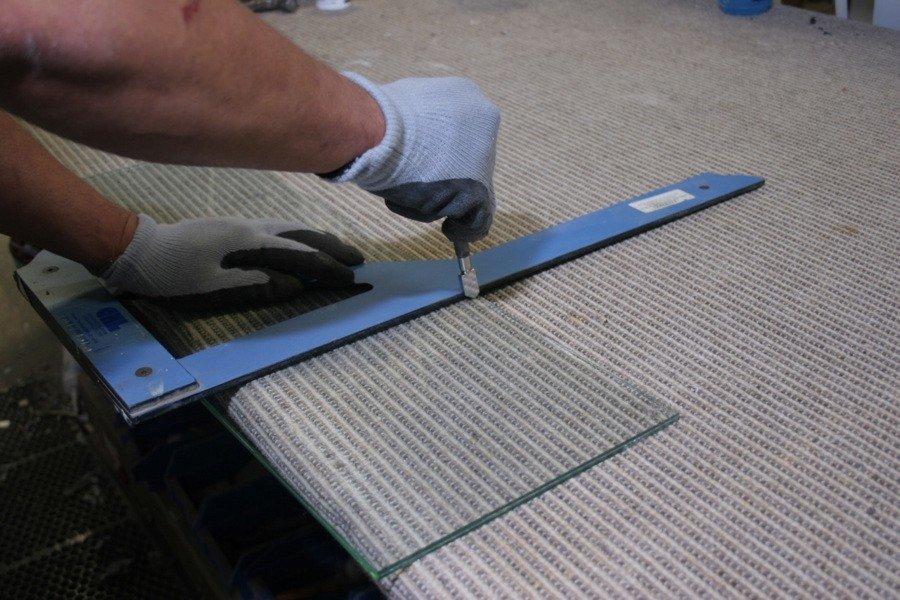 Как резать стекло? гидроабразивная резка и резка лазером. чем и как правильно разрезать каленое и другое стекло? какая технология наиболее пригодна?