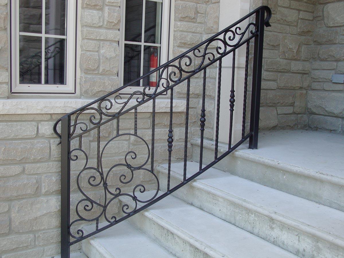 Кованые перила на крыльцо (41 фото): выбираем ограждения для лестниц с навесом в частном доме, красивые металлические поручни для лестниц