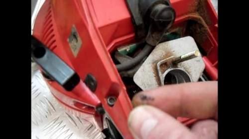 Почему глохнет бензопила, когда даешь газу при нажатии, и не заводится под нагрузкой на холостом ходу