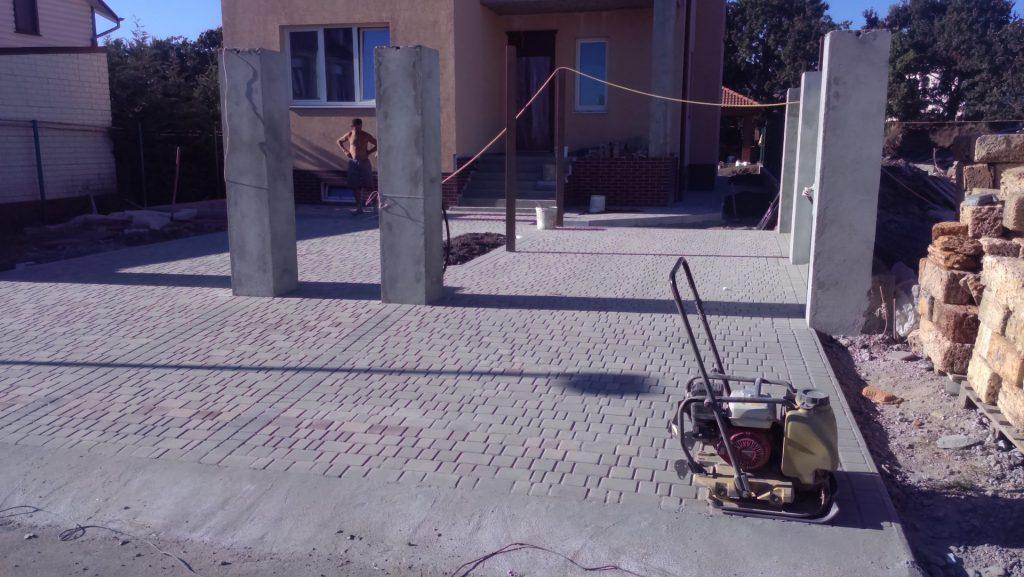 Укладка тротуарной плитки поверх старого асфальта :основные способы