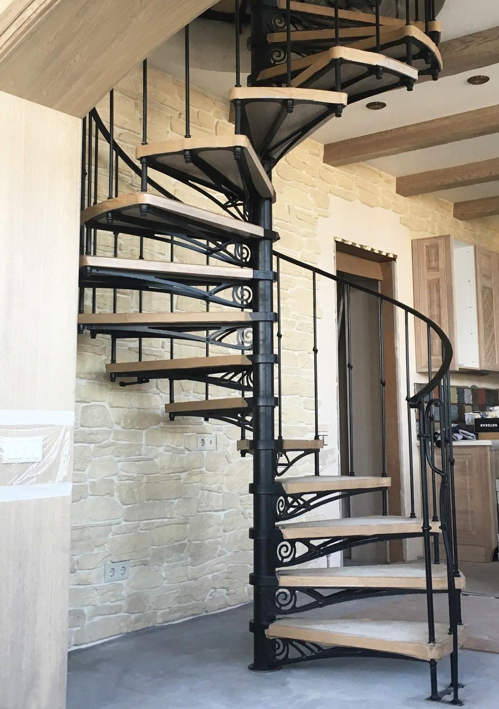 Кованые перила на лестницу на второй этаж, художественная ковка, дизайн и проекты лестничных перил, недорого в подмосковье, высота перил для лестницы по гост