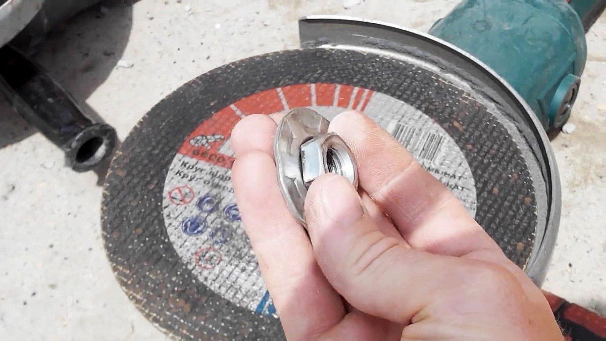 Закусило диск на болгарке, как открутить гайку при этом