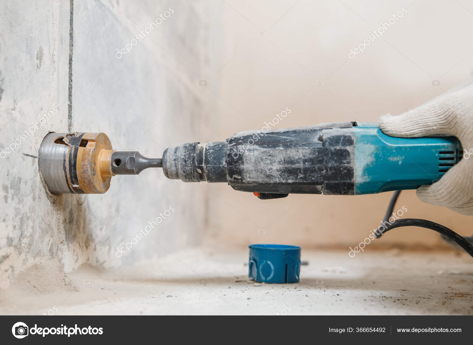 Как просверлить бетонную стену, обычной дрелью без перфоратора или сверлить отверстие правильно шуруповертом? чем лучше и быстрее сделать дырку?