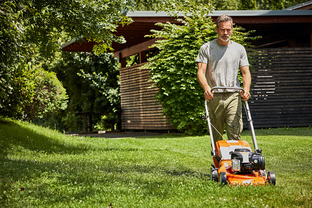 Как выбрать газонокосилку и какая лучше: электрические против бензиновых