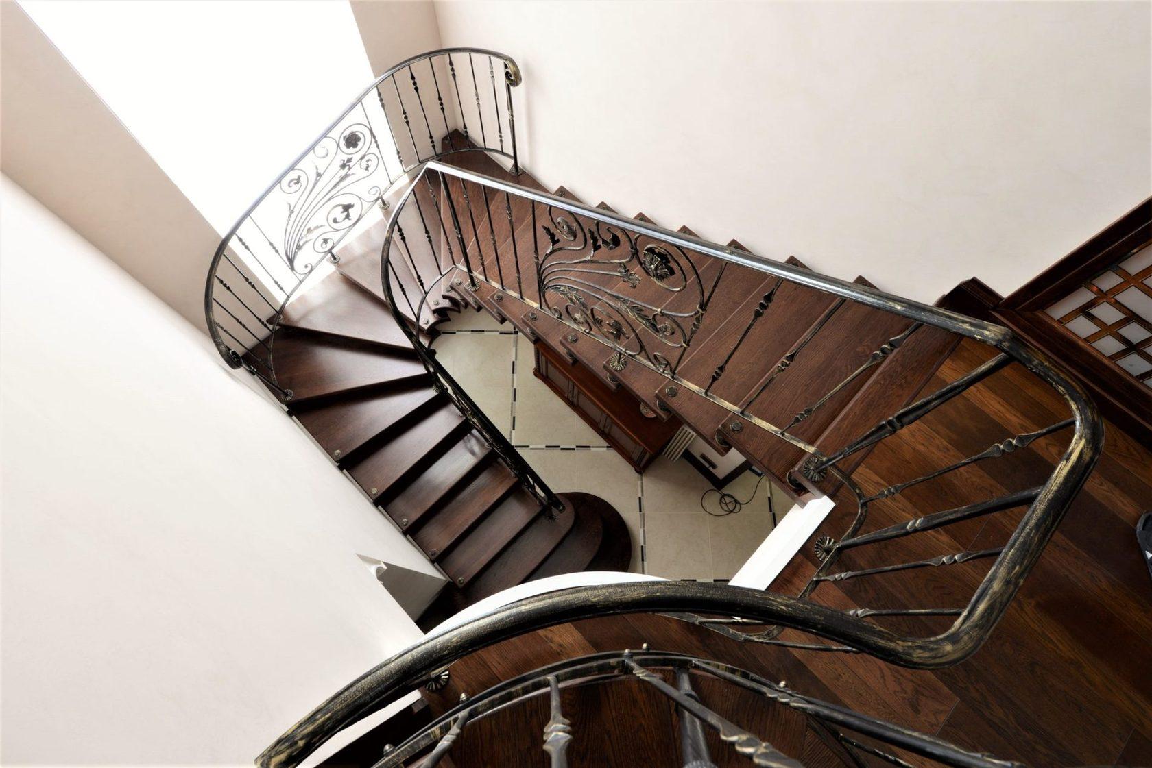 Кованые лестницы на улице: наружные, уличные и входные конструкции различных видов: на веранде и террасе, для крыльца, в бане, с козырьком или навесом
