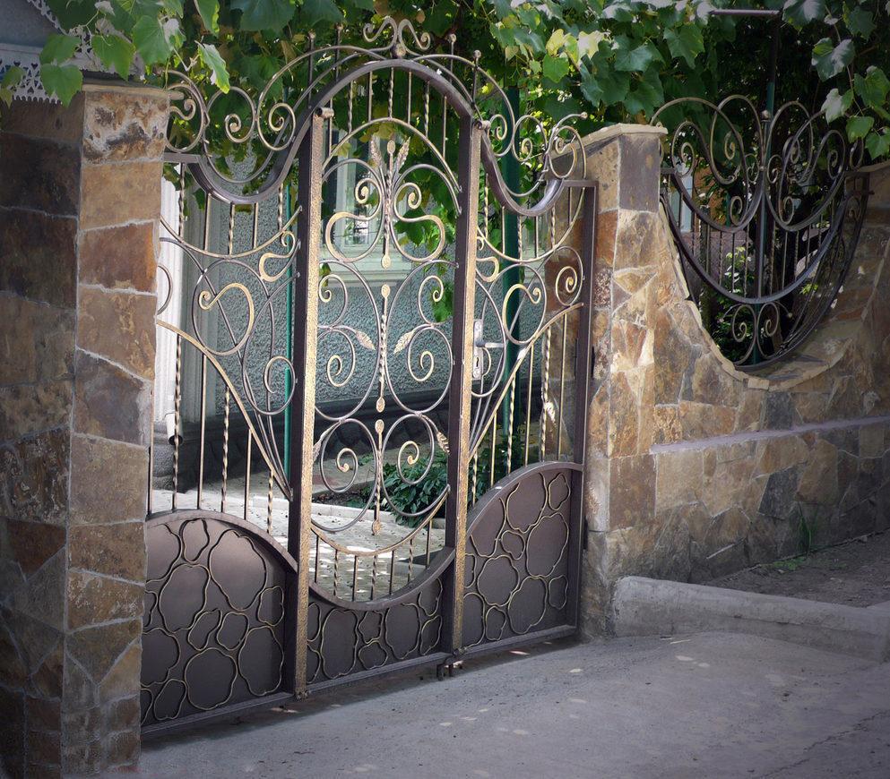 Кованые калитки (52 фото): универсальные ворота из дерева с элементами художественной ковки и профлистом