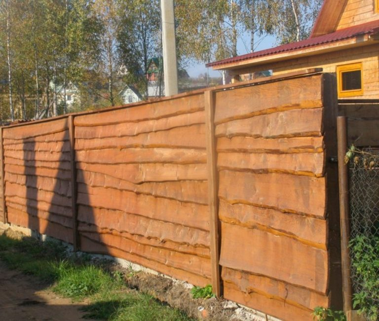 Забор из горбыля (52 фото): красивый деревянный забор из необрезной доски, все варианты обработки и дизайна