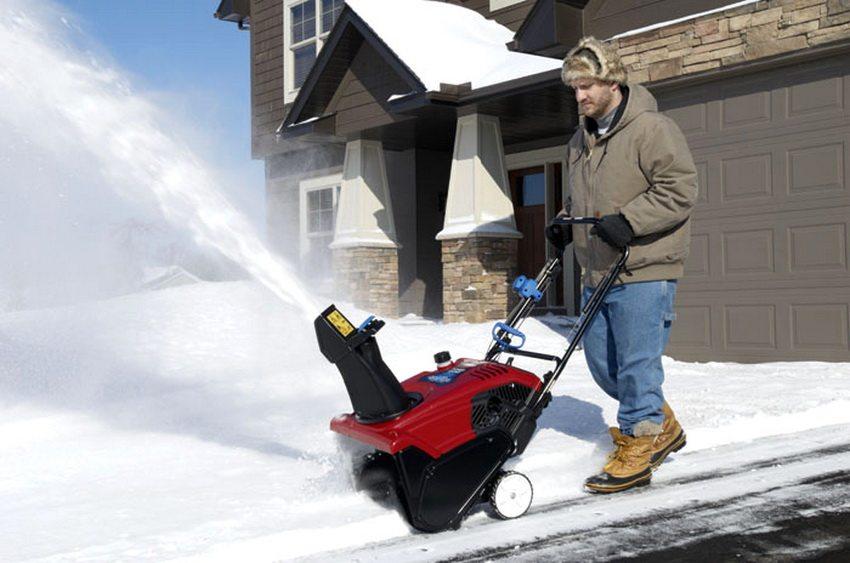 Бензиновый против электрического – сравнение снегоуборщиков для частного использования