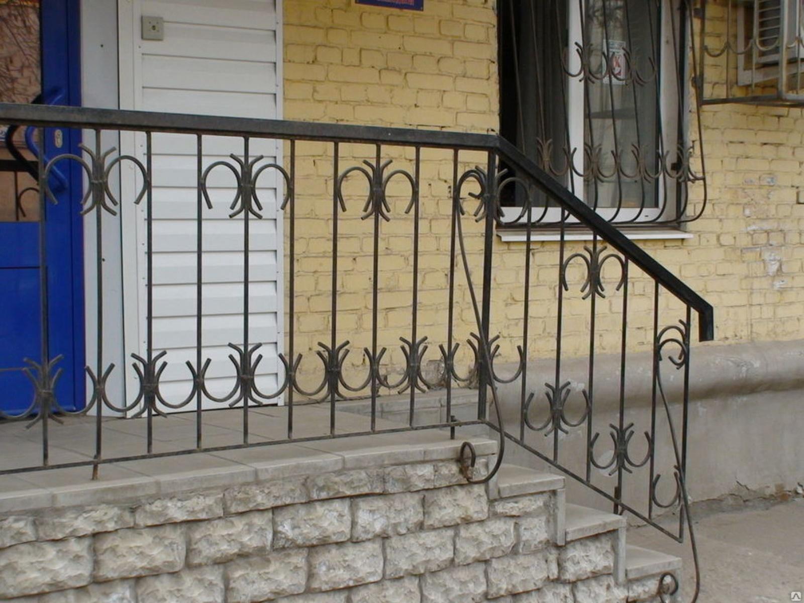 Фото кованых перил: для лестниц в доме и на улице, на крыльцо, на балкон, красивые сварные-металлические защитные конструкции, белые, с патиной, в нашей галерее