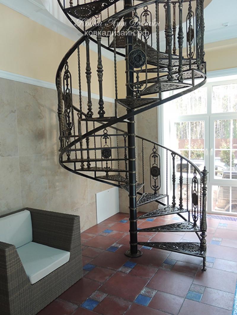Кованые лестницы: фото на второй этаж, ковка и элементы в интерьере, заборы белые, художественные деревянные