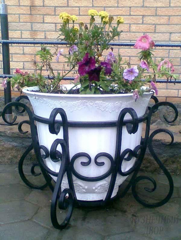Кованые цветы (55 фото): настенные, напольные, вазоны, кашпо