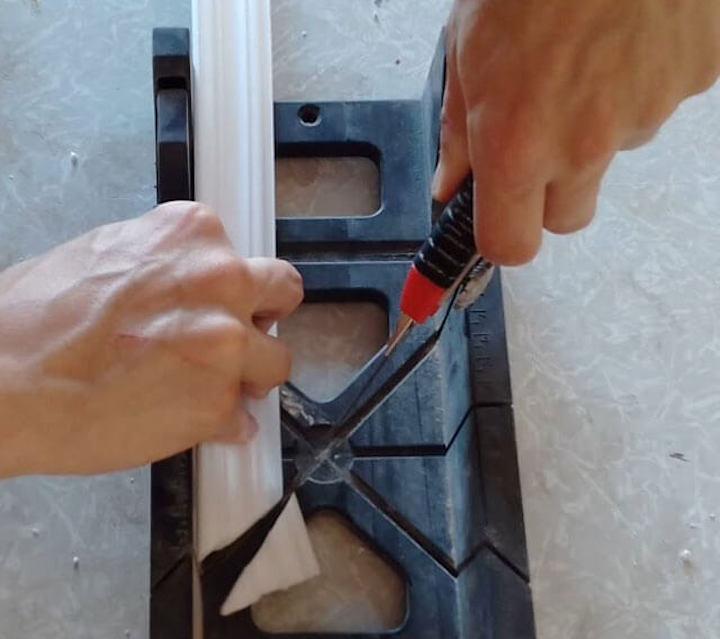 Как резать потолочные плинтуса: под каким углом резать, резка угла, как на стусле резать уголки для потолка, с помощью стусла, как нарезать, нарезка, как пилить