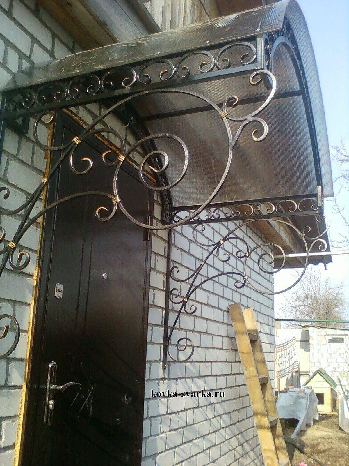 Фото кованых козырьков: над дверями, над входом, крыльцом, односкатные, из поликарбоната и прочие; эксклюзивные, холодная и горячая художественная ковка