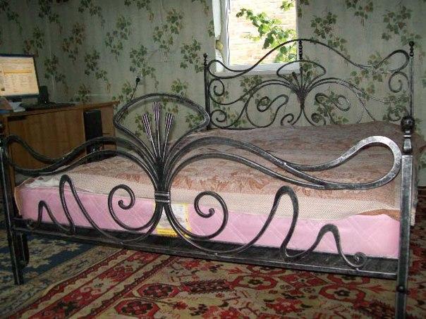 Кованые кровати, фото изделий для интерьера спальни: белые, черные и другие цвета; с патиной; с мягким изголовьем; односпальные и двуспальные; детские