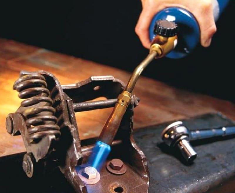 Как можно выкрутить шуруп, если у него сорвана крестовина: советы
