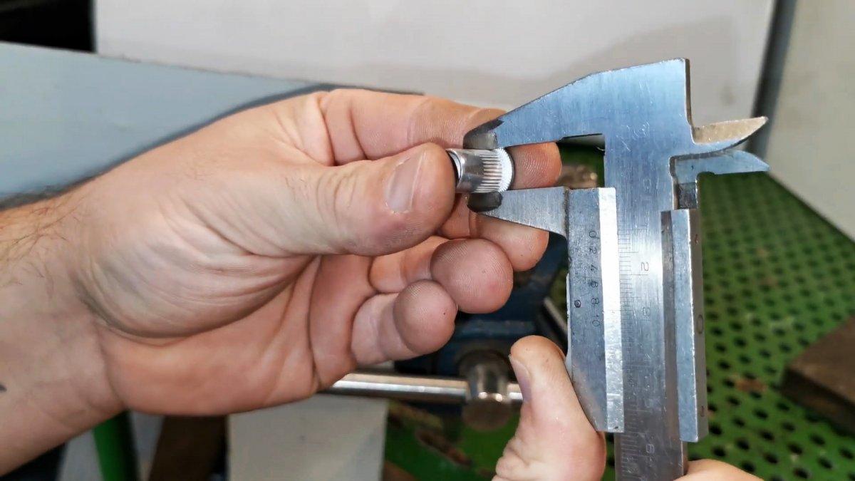 Как переустановить нижнюю деталь кнопки-застежки