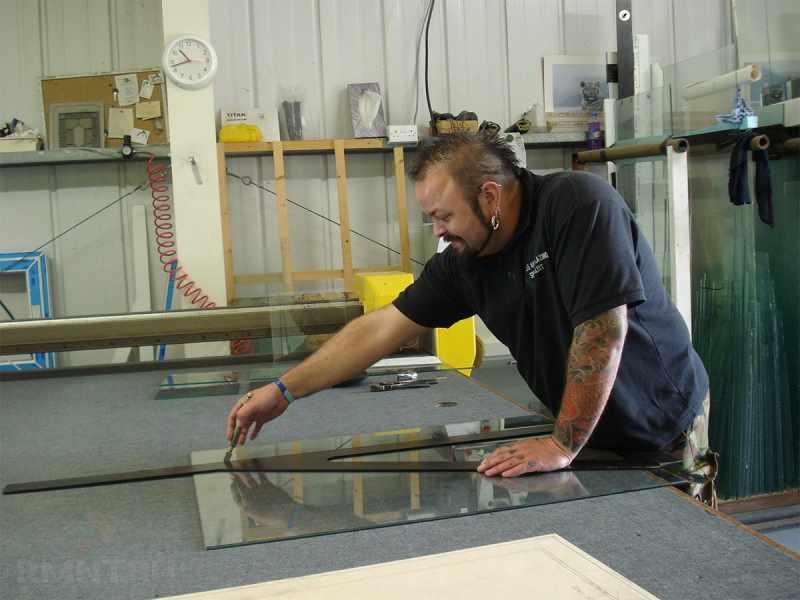 Как резать стеклорезом: секреты мастерства