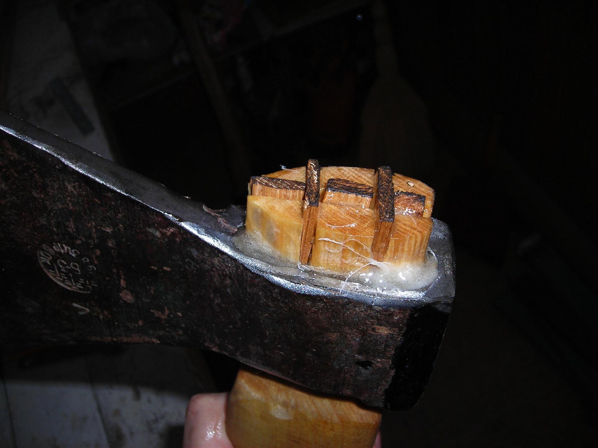 Не сложно правильно насадить топор на топорище, если знаешь как это сделать