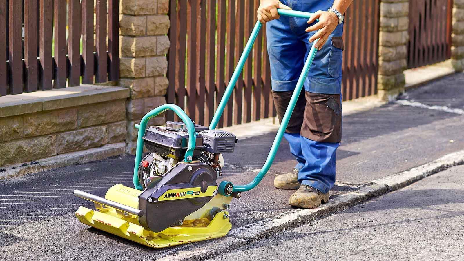 Принцип работы виброплиты для трамбовки тротуарной плитки и грунта