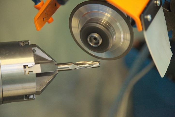 Заточка фрез: по дереву и металлу для ручных фрезеров. обзор приспособлений. как точить своими руками спиральные и насадные, модульные фрезы?