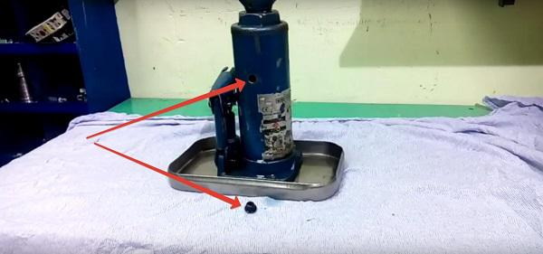 Куда заливать масло в гидравлический домкрат
