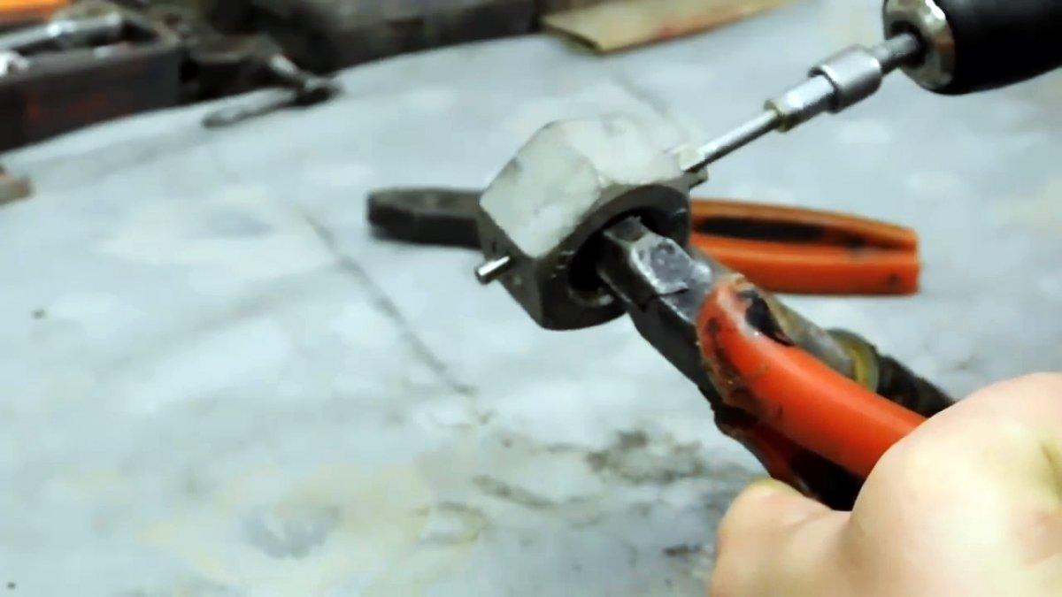 Как снять заклепку с металла?