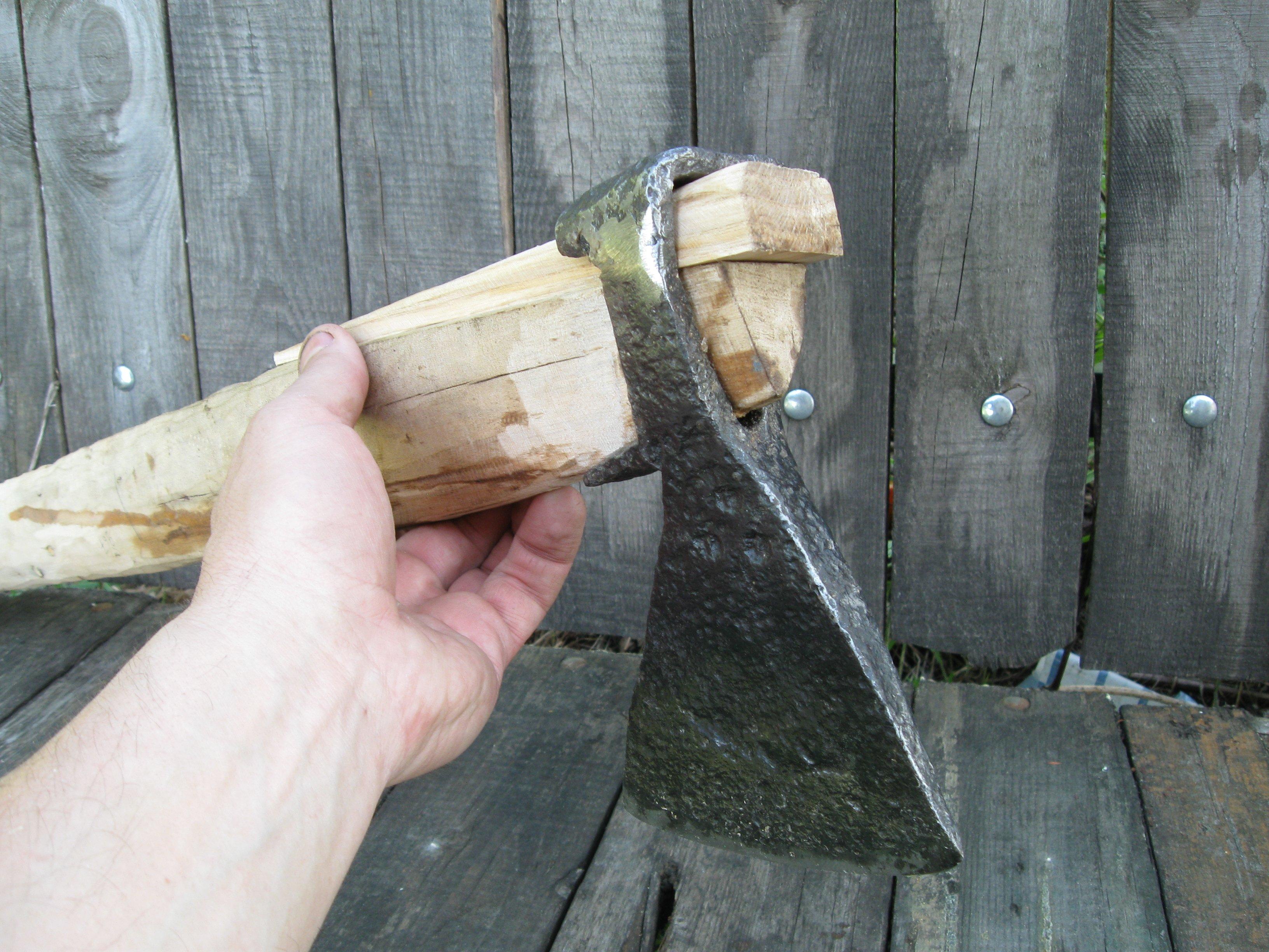 Как насадить топор на топорище?