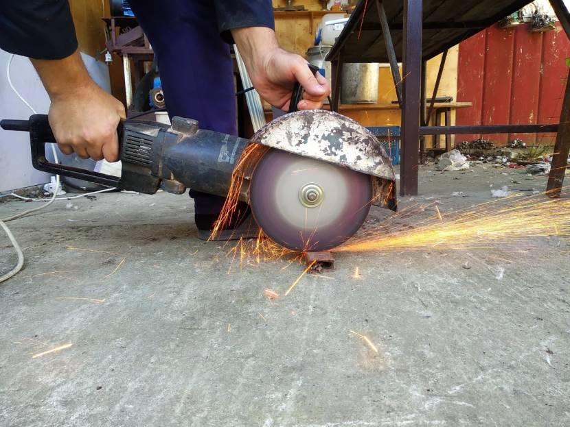 Как правильно работать болгаркой, как безопасно шлифовать ей дерево, резать плитку, можно ли пользоваться ушм без кожуха и прочее