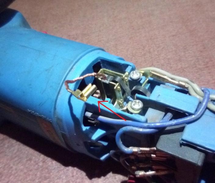 Искрение щеток и обгорание контактных колец асинхронного электродвигателя.