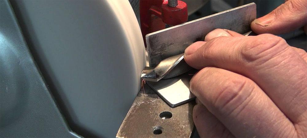 Как правильно заточить сверло по металлу в домашних условиях для эффективной работы + полезные советы