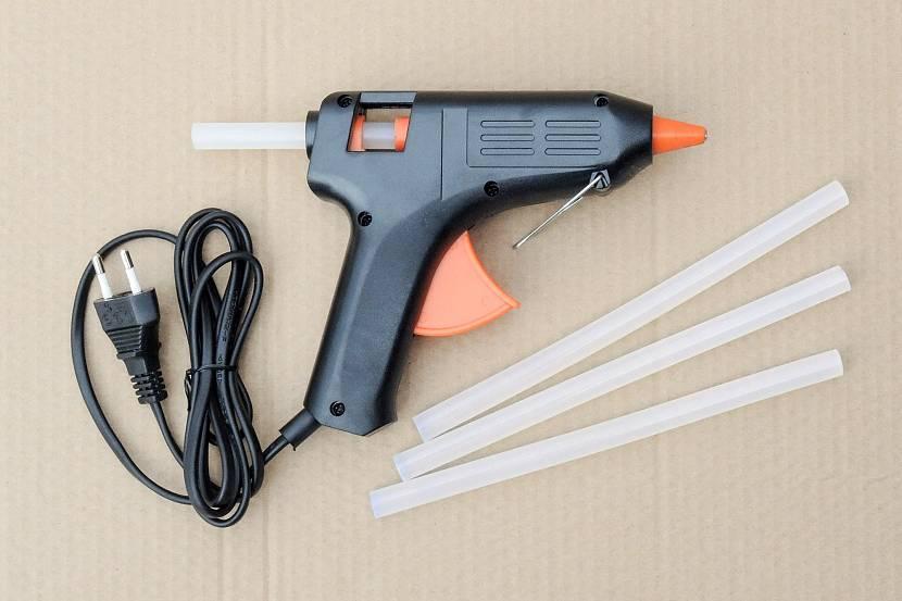 Клеевой пистолет – что это такое, устройство, как работает, что можно клеить, плюсы и минусы