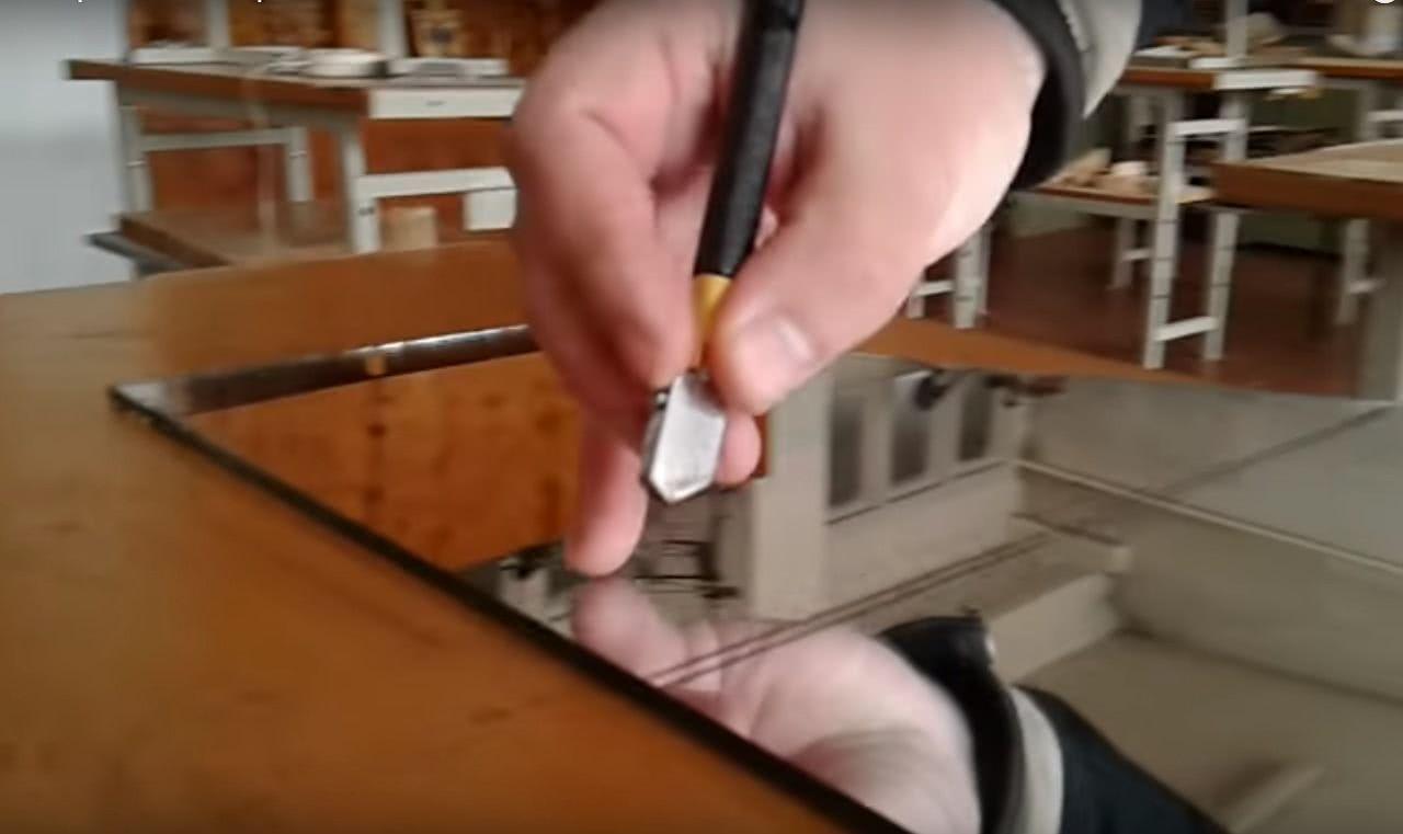 Как резать зеркало стеклорезом? с какой стороны правильно разрезать его в домашних условиях? какой стеклорез лучше выбрать для резки?