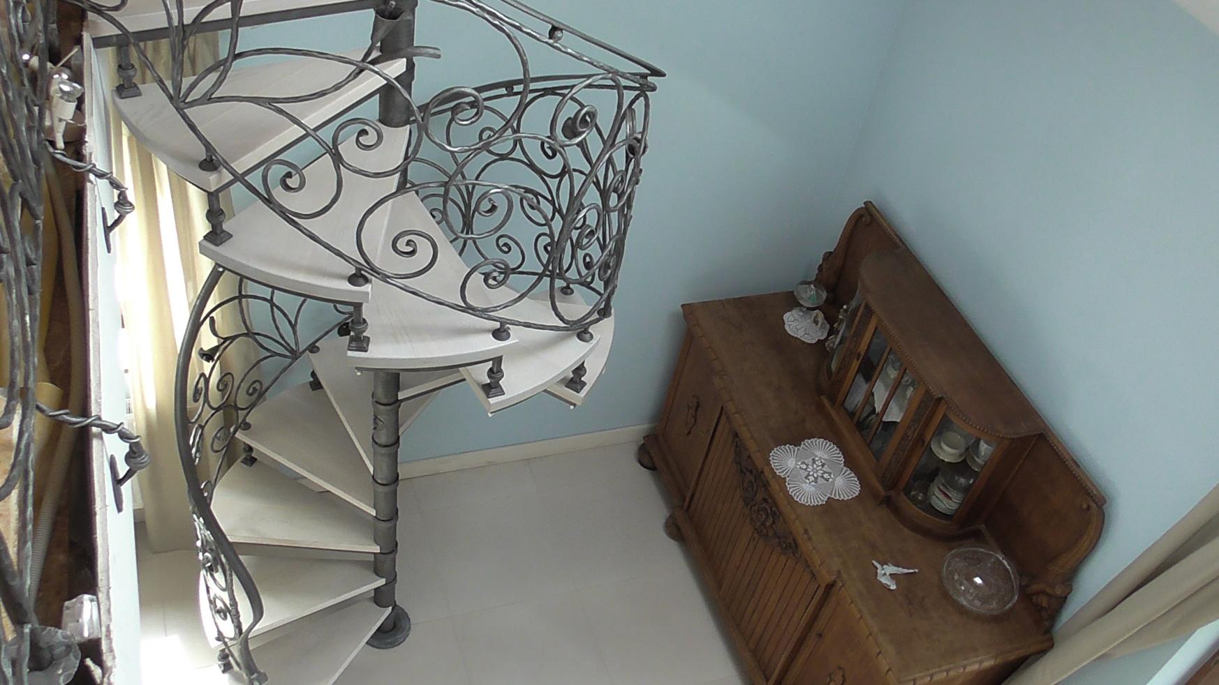 Кованые лестницы в доме, особенности и достоинства конструкции, что влияет на стоимость, критерии выбора - 16 фото