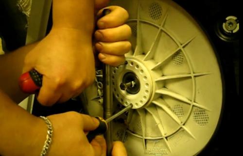 Ремонт барабана стиральной машины: как подтянуть люфт своими руками, если он болтается? что делать, если слетело крепление барабана?