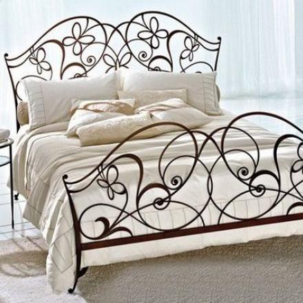 Дизайн спальни с кованой кроватью – секреты оформления