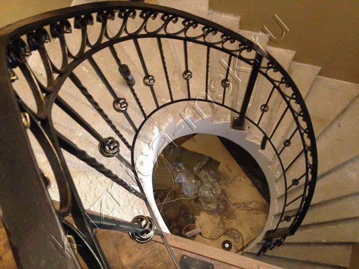 Виды кованых лестниц: на второй этаж, полувинтовые, маленькие и монолитные, ажурные и простые, полукруглые, внутренние и для улицы