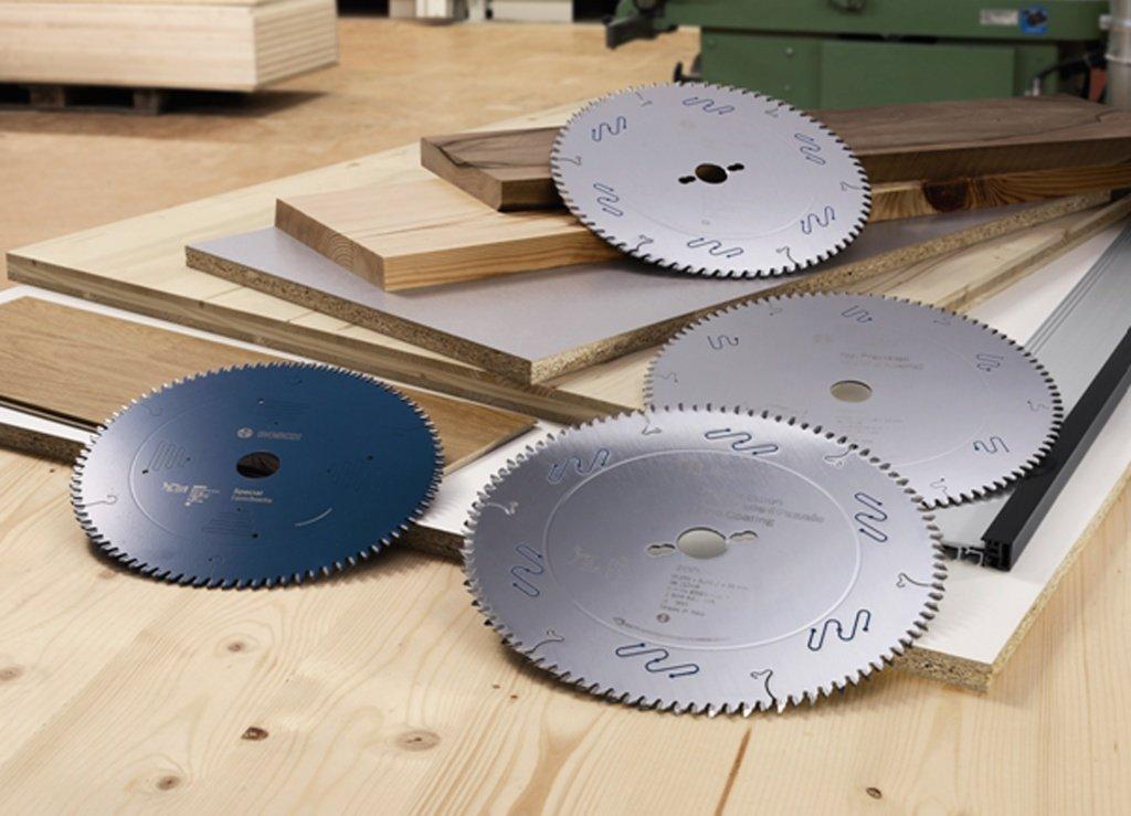 Диск для торцовочной пилы: особенности отрезных дисков для торцовки по алюминию и пластику. как его поменять? размеры. выбор дисков для пилы по камню