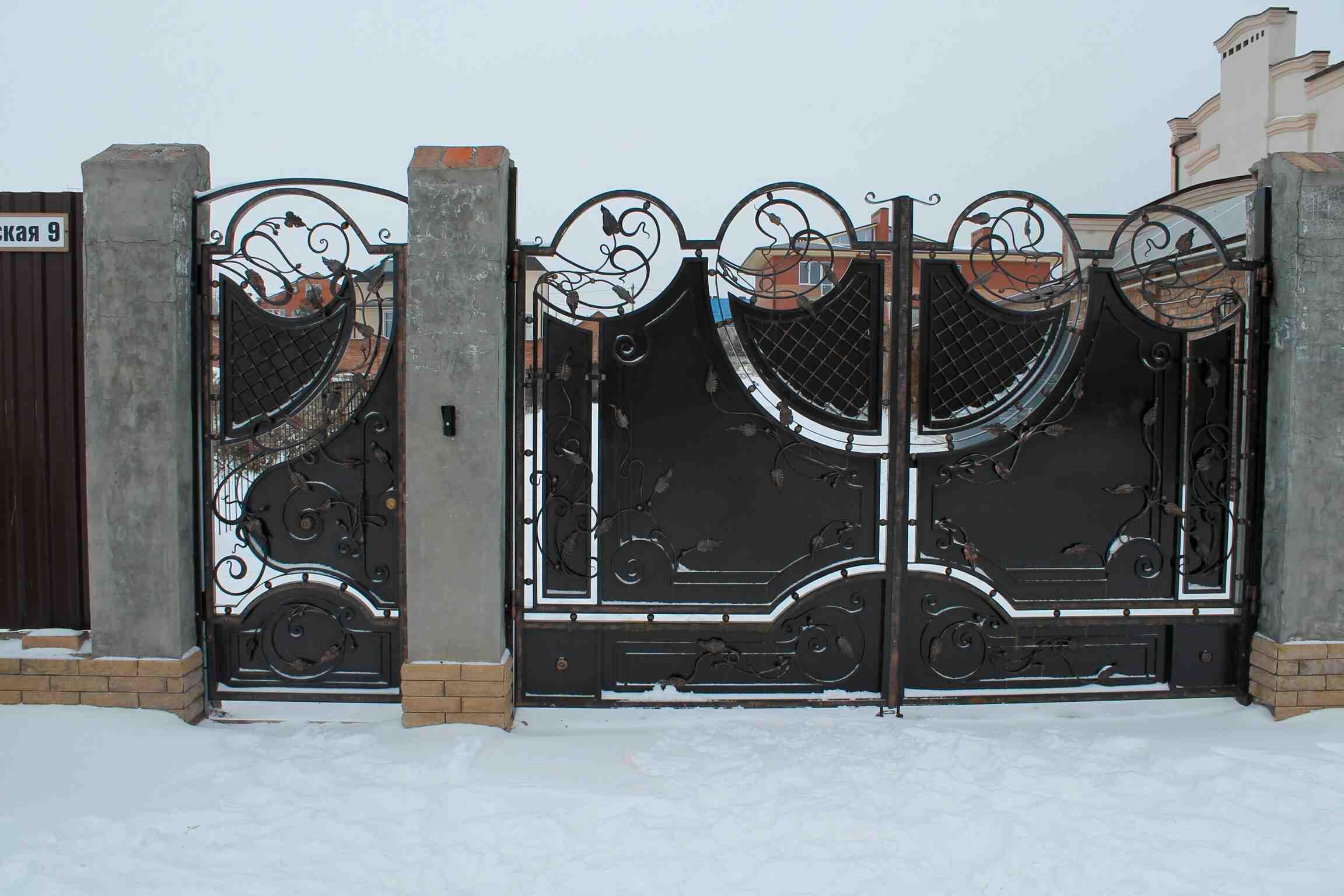 Кованые ворота: достоинства, область применения, разновидности, устройство, фото, монтаж